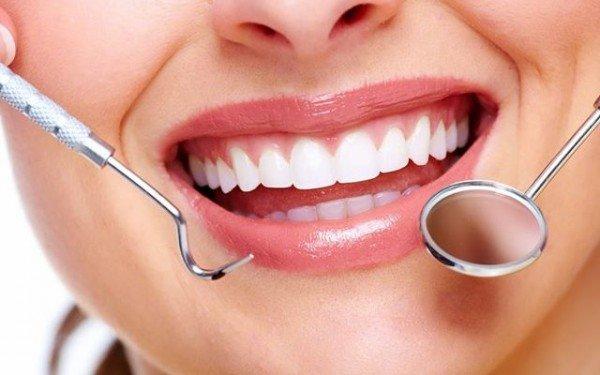 joven haciendose un tratamiento dental
