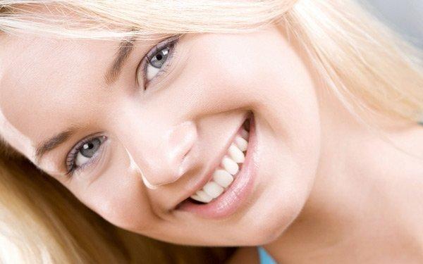 chicha joven dientes blancos