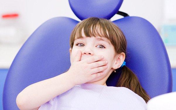 niña asustada en el dentista