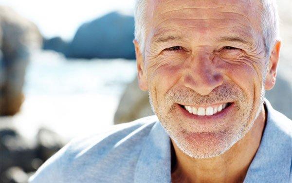 hombre mayor con dientes blancos